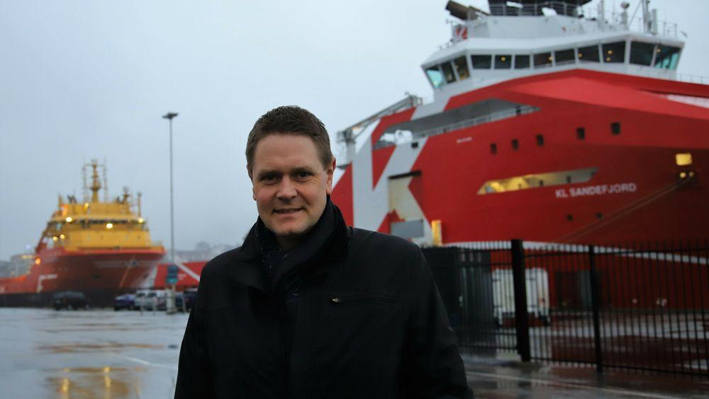 Administrerende direktør Harald Solberg i Norges Rederiforbund. Bak til venstre ligger supplyskipet Viking Energy som skal få installert en ammoniakkdrevet brenselcelle om bord.