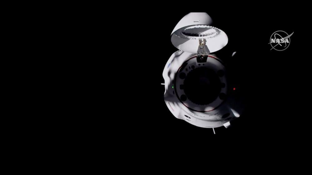 Bilder fra NASA TV viser romkapselen Dragon fra SpaceX som nærmer seg Den internasjonale romstasjonen (ISS).