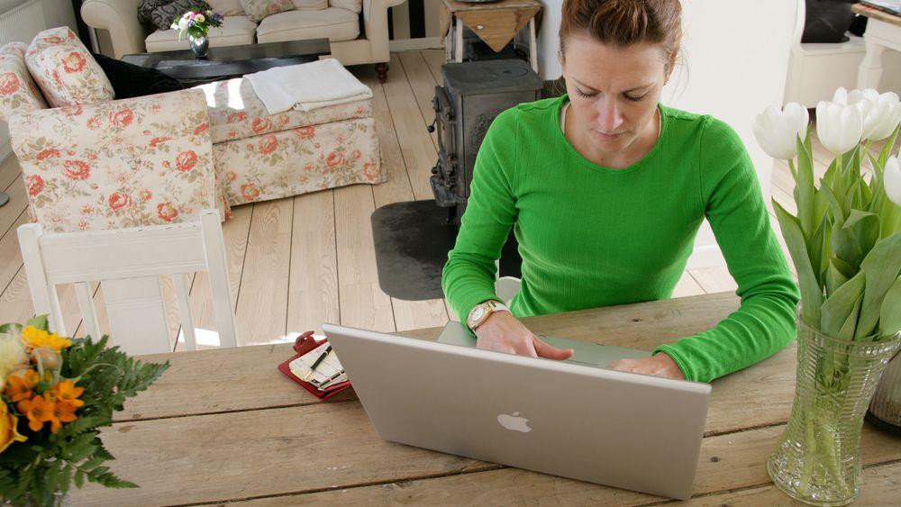 Å jobbe hjemmefra er ikke en medfødt egenskap. Litt trening hjelper blant annet for å etablere gode arbeidsvaner – begynne, ha lunsj og slutte på definerte tidspunkter, skriver artikkelforfatteren.