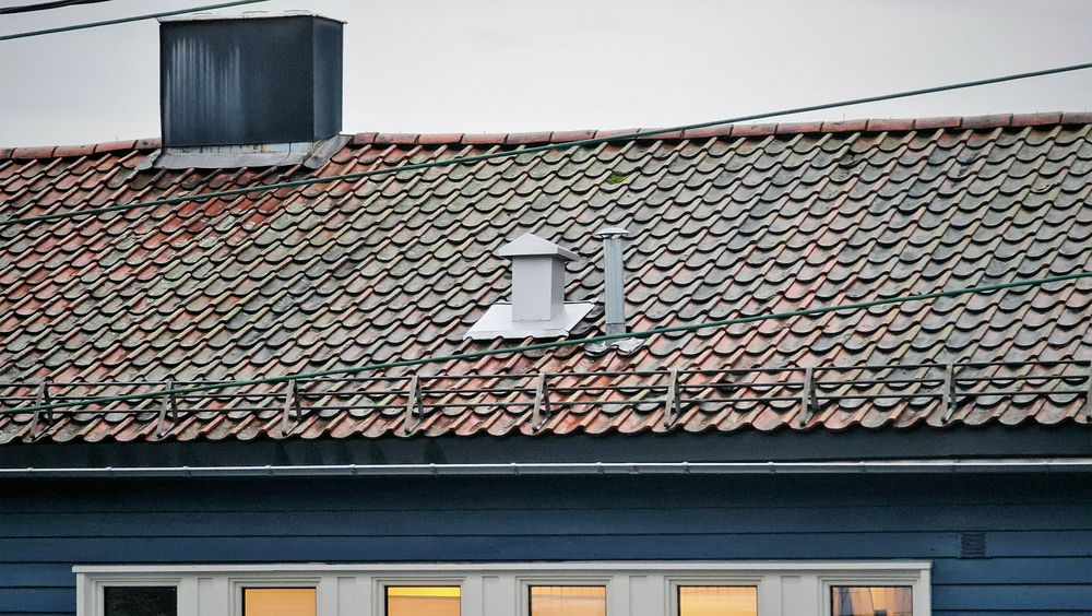 Røret til høyre slipper ut luft fra avløpssystemet. Det er nødvendig for at vannlåsene i huset skal fungere.