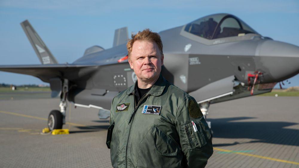 Oberstløytnant Tron Strand, sjef for 332 skvadron, foran et av Luftforsvarets 28 F-35A.
