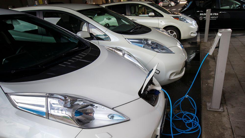 Elbiler står til lading i Oslo. Panasonic, Equinor og Hydro venter rask vekst i batteriproduksjonen i årene som kommer.