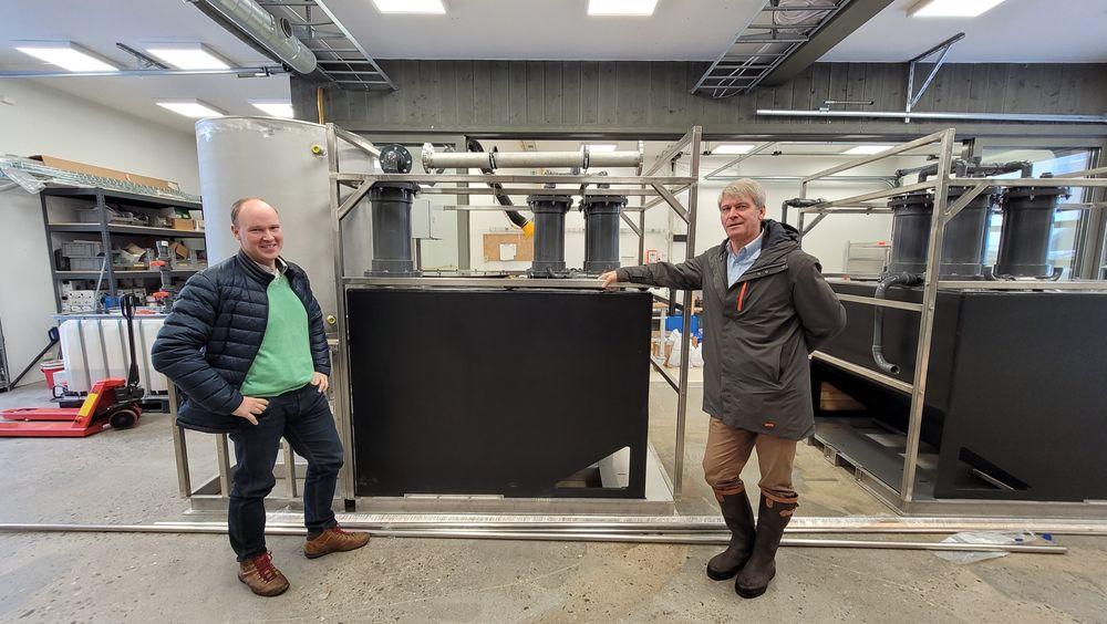 Produksjon: N2 Applied har startet produksjon av de første maskinene som behandler naturgjødsel på gården i Numedal. Til venstre; forretningsutvikler Kåre Gunnar Fløystad. Til høyre medgründer og teknisk sjef,  Rune Ingels.