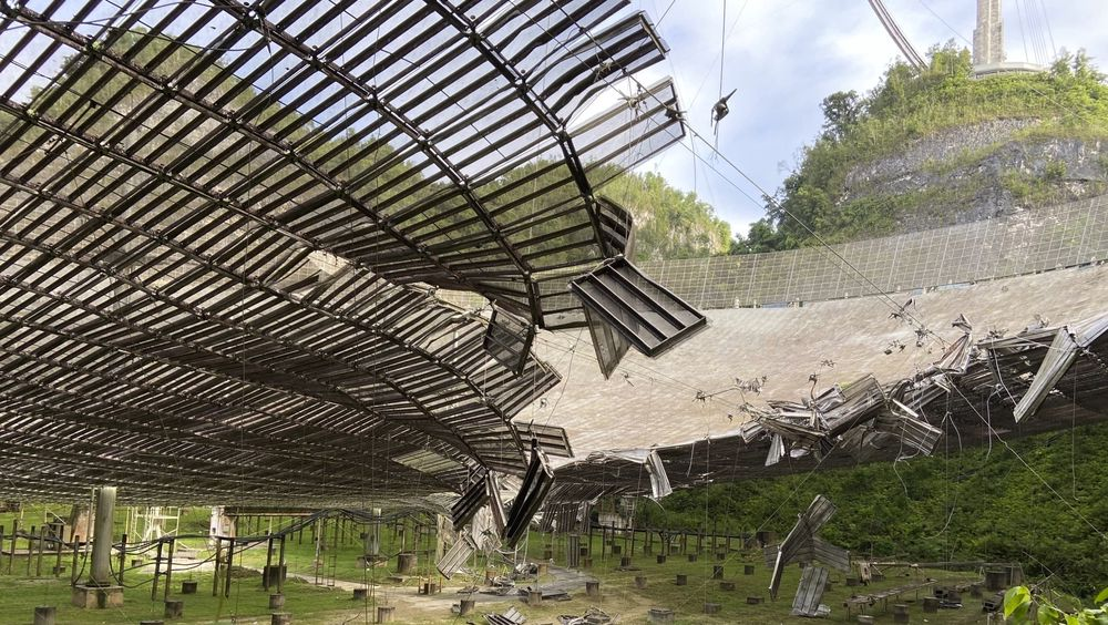 Et bilde tatt i august viser skadene en ødelagt kabel har gjort på antennen på Arecibo-observatoriet på Puerto Rico. Nå står radioteleskopet i fare for å kollapse.