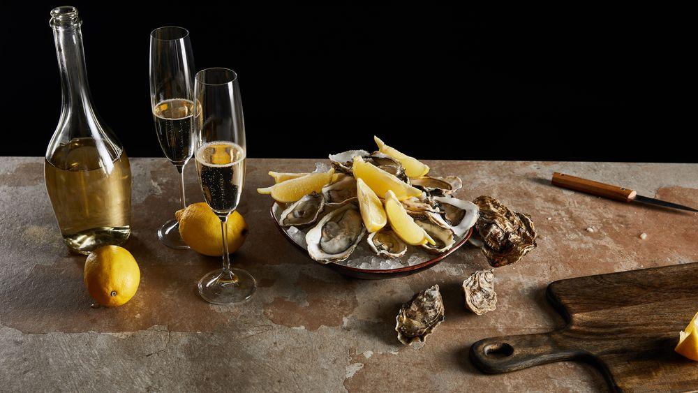 Når østersen har truffet smakscellene, gitt den gode umamismaken og deretter blitt svelget, blir smaken stille og rolig utvisket av spyttet. Inntil du tar en slurk champagne.