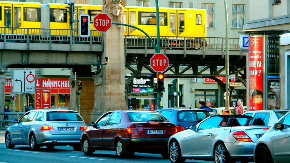 Det ligger vitterlig an til at Euro7 vil skjerpe kravene betydelig både hva angår utslipp. Det som virkelig er skremmende for bilindustrien er at det nye kravene skal gjelde også under virkelig bruk av kjøretøyet, skriver TUs sjefredaktør Jan Moberg i denne kommentaren. Bildet er fra bydelen Schöneberg i Berlin.