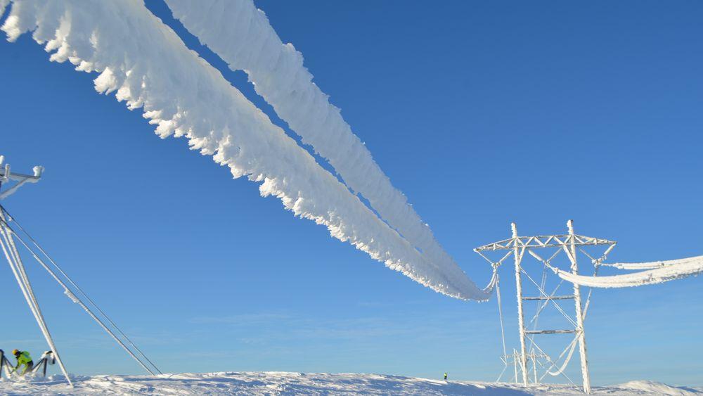 På enkelte strekninger kan tyngden av is bli opp til 300 kg per meter, dermed blir det fort flere tonn på et spenn som er opp til 330 meter langt.