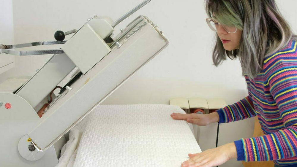 Esmée Willemsen jobber her med en versjon av gardinene som er fylt med materiale som bruker faseforadnring til å stabilisere temperaturen rundt 25°C.