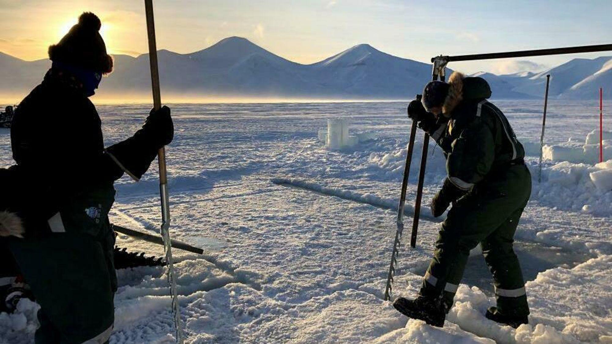 Her sager forskerne ut et isflak de skal bruke til å undersøke hva som skjer med energien de avgir.