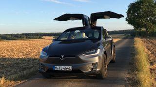 Tyskregistrert Tesla Model X P100DL med falkevingdørene åpne.
