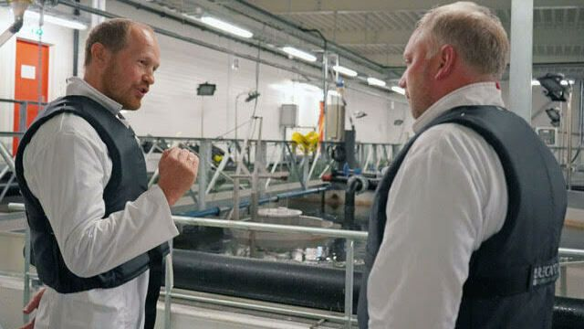 F. v. Michael Vadvik i Normex og Kjell Arne Sætre i Mowi på smoltanlegget som tester ut ozonrensing.
