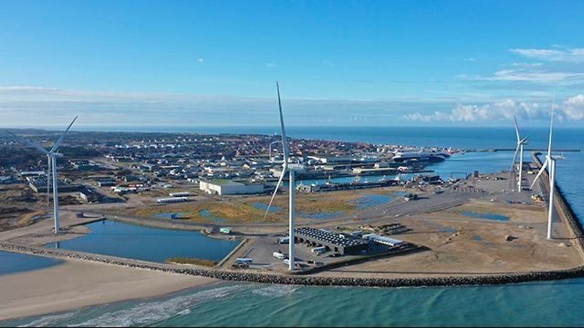 Havnen i Hirtshals på nordspissen av Jylland har fire vindturbiner som forsyner havnekraner, biler og skip med fornybar kraft.