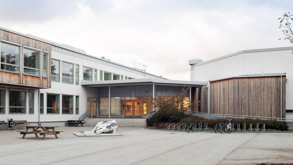 Slik ser skolen ut i dag. Bygget er fra 1970 og var svært lite energieffektivt.