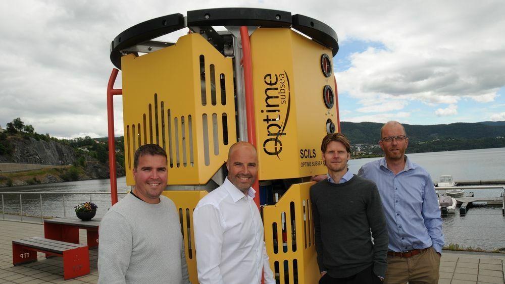 Gründerne Tor-Øystein Carlsen (f.v), Jan-Fredrik Carlsen, Thor Arne Løvland og Trond Løkka foran innretningen.