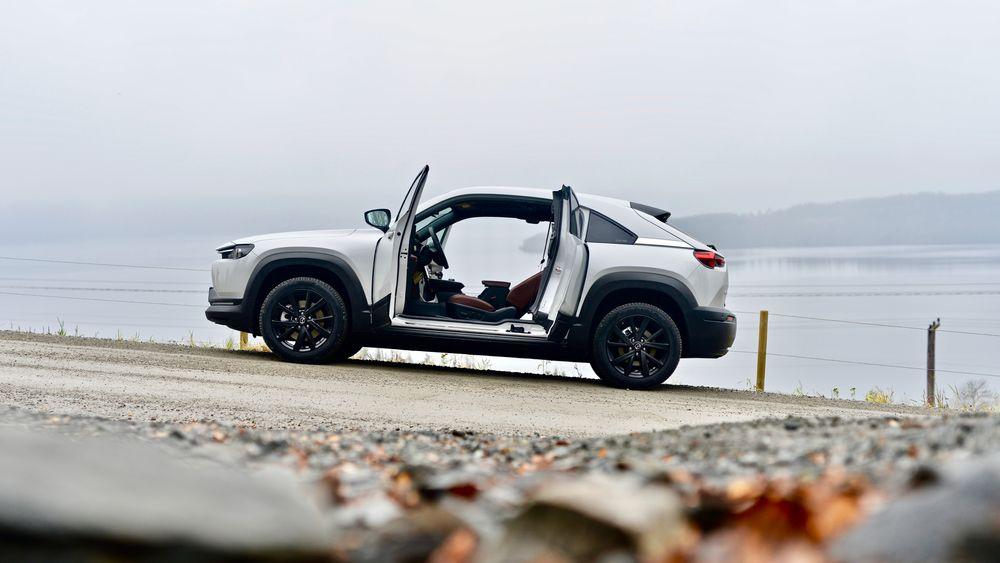 Mazda MX-30 er produsentens første serieproduserte elbil. Dens egenskaper skaper både beundring og frustrasjon.