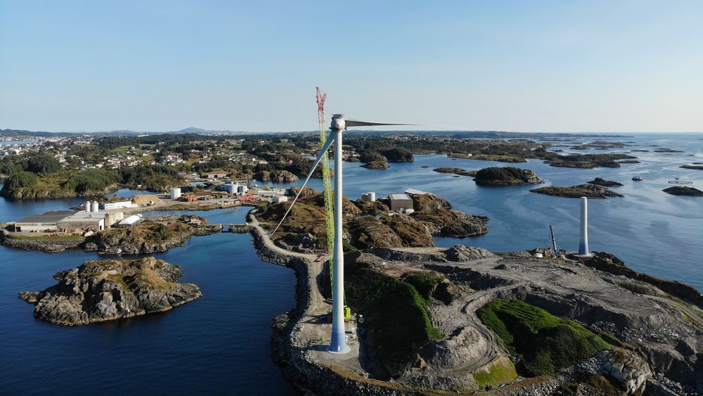På Storøy i Karmøy kommune er to vindturbiner plassert i et industriområde, på et gammelt slaggdeponi fra aluminiumsindustrien.
