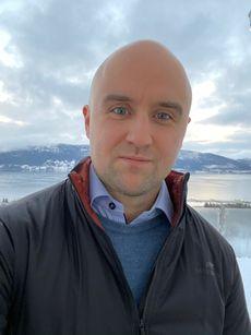 André Moen Eide, utendørs portrettfoto med vinterlandskap i bakgrunnen.