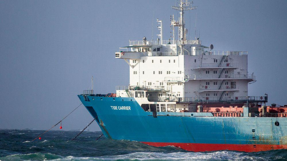 Skipsreder Georg Eide er dømt til seks måneders ubetinget fengsel for å ha bidratt til å få skipet Tide Carrier ut av opplag. Her fra redningsaksjon ved Feistein fyr utenfor Klepp i 2017.