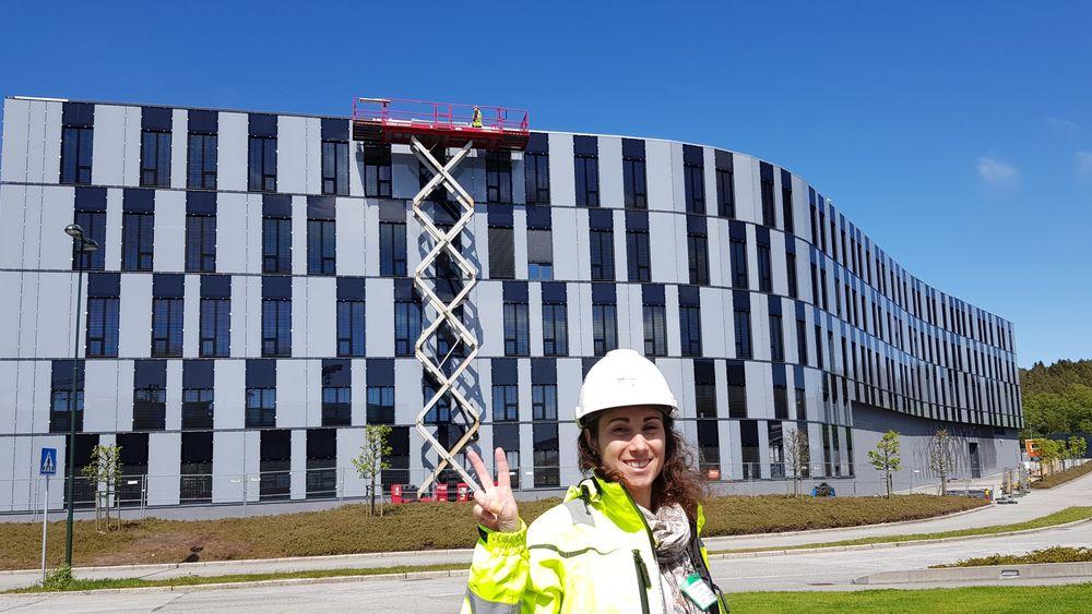 Oljedirektoratet i Stavanger har fått 1050 kvadratmeter med bygningsintegrerte solceller. Ana Chagas fra FUSen viser stolt fram resultatet.