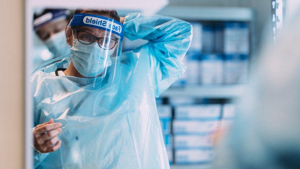 Det vil fortsatt være fare for at koronapandemien kommer ut av kontroll det neste halvåret, mener FHI.
