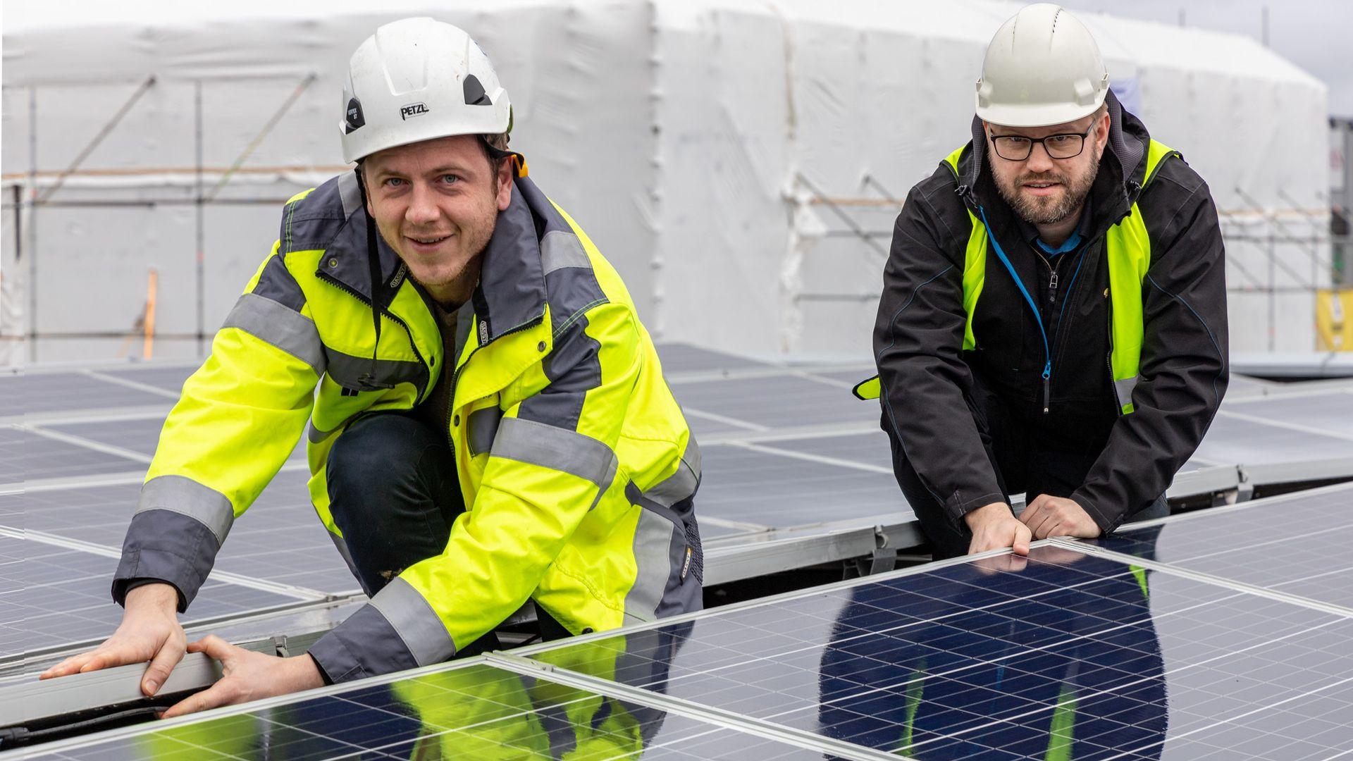 Ulrik Rør (t.v.) og Carl Christian Strømberg i Solcellespesialisten kan estimere hva du kan produsere av strøm på ditt bygg — uansett hvor i Norge det er.