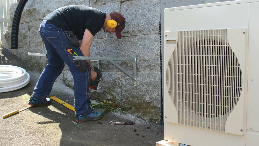 Salget av bergvarmepumper og andre varmepumper til vannbåren oppvarming har falt tilbake til nivået før oljefyrforbudet. Fra 1. juli 2021 skal støtten til luft-vann-varmepumper og avtrekksvarmepumperfjernes.