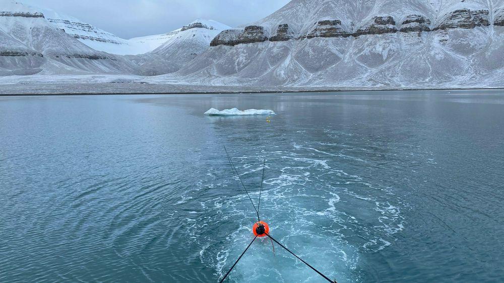 Hvordan unngår man at isfjell velter under tauing?
