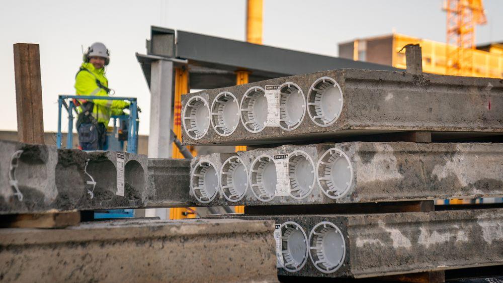 Skanska har sammen med Omsorgsbygg og Contiga, i tillegg til flere andre partnere, hatt et pilotprosjekt om ombruk av betonghulldekker. Nå forbereder EU oppdatert regelverk som skal lette ombruk av gamle komponenter.