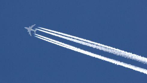 Fly med kondensstriper.