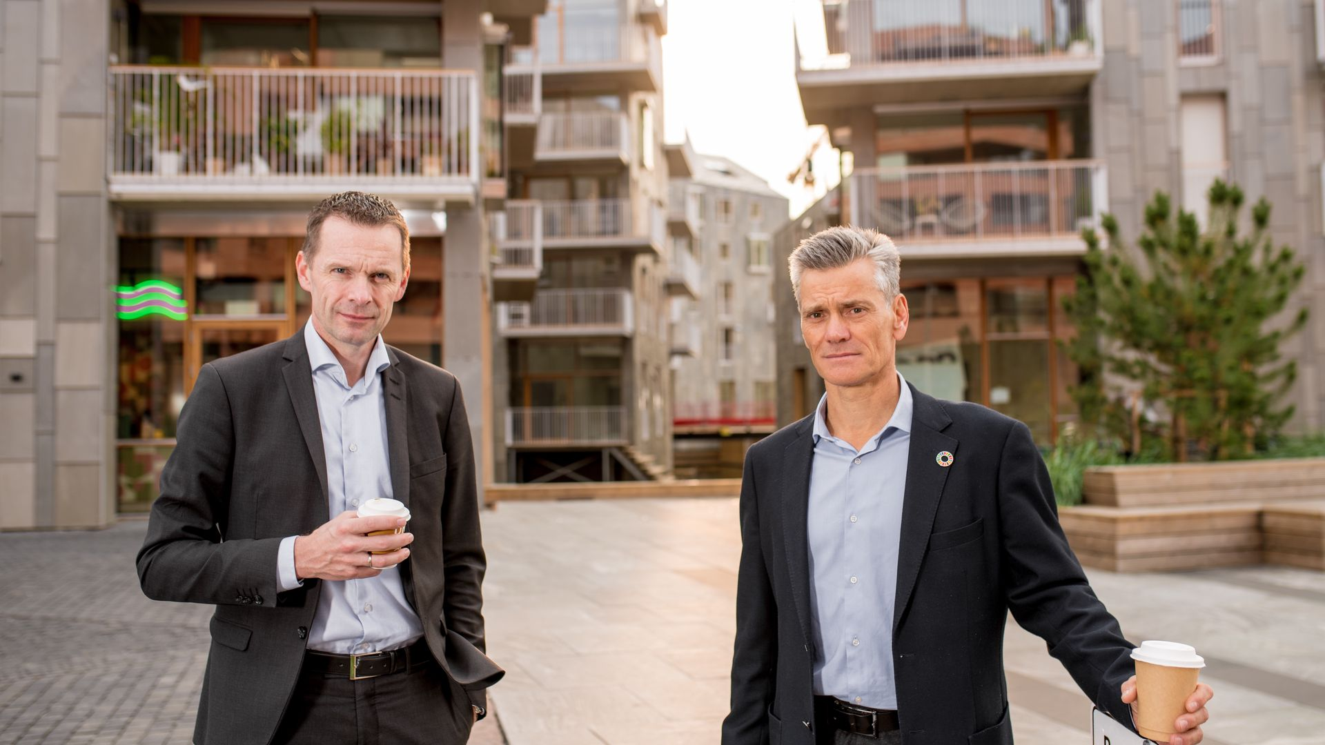 Utviklingsdirektør Morten Austestad og adm.dir. Jon-Erik Lunøe foran boligprosjektet Vannkunsten i Bjørvika.