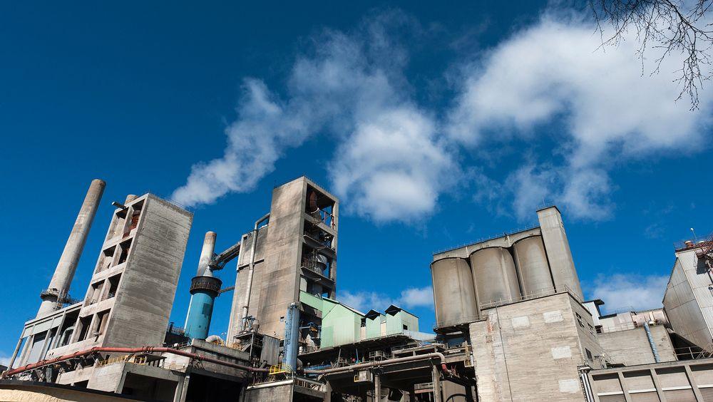 Aker Carbon Capture skal fange CO2 fra sementfabrikken til Norcem.