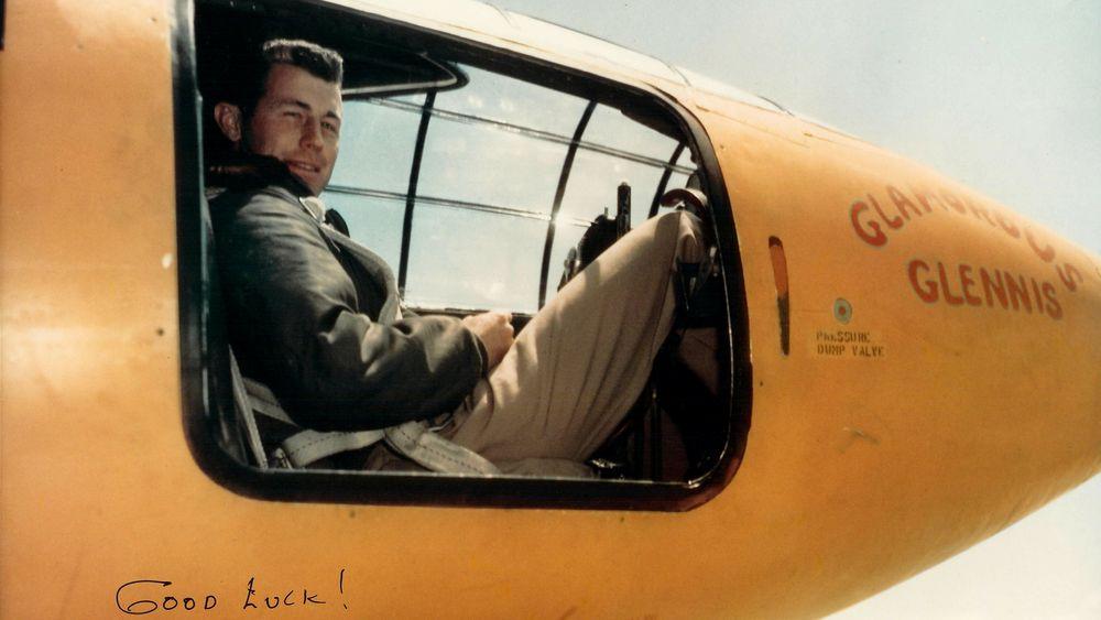 Chuck Yeager i Bell X-1-cockpiten.