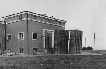Under krigen var blant annet inngangspartiet til Jeløy Radio beskyttet av store sandkasser.