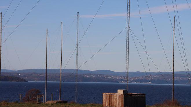 Antennemaster ved Jeløy Radio. I bakgrunnen ser vi over til Holmestrand.