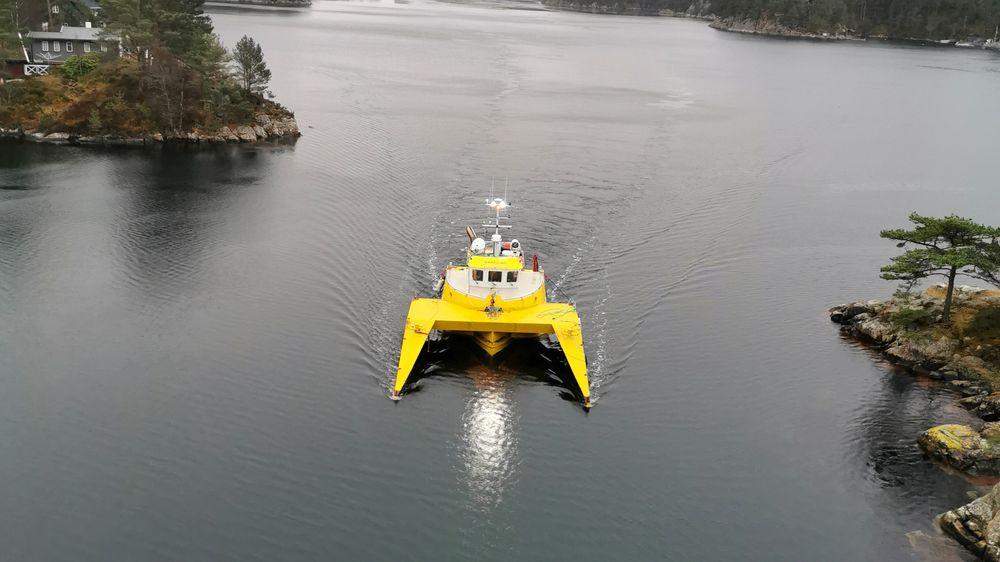Når taubåten skal kjempe mot isen, skal TB Daafjord ikke bruke energi eller kraft til å bære den 17 tonn tunge isbaugen. Den flyter selv slik at fartøyet bare skyver isbaugen foran seg.