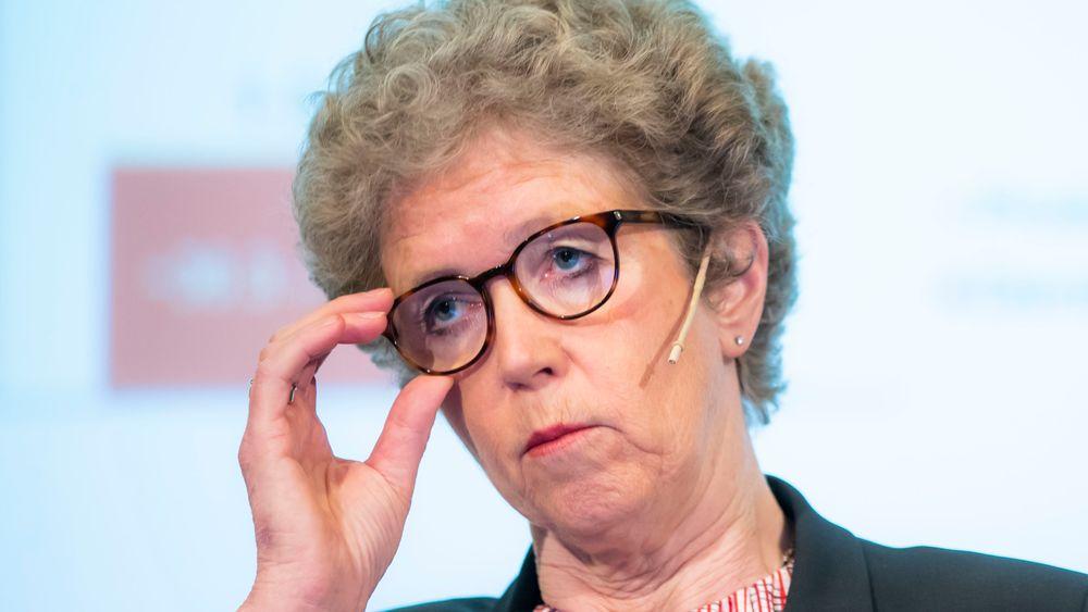 Konsernsjef Hilde Merethe Aasheim i Hydro sier planen fortsatt er å erstatte råolje med naturgass ved selskapets anlegg Alunorte i Brasil. Det vil kutte Hydros CO2-utslipp med en seksdel, ifølge DN.