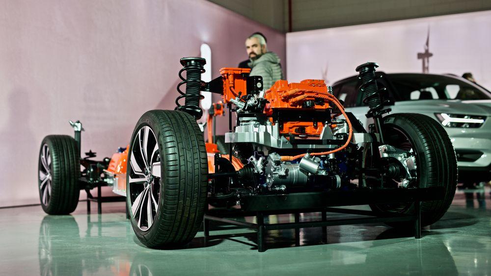 Helelektriske Volvo XC40s drivlinje, med blant annet den ene front-elmotoren. Elmotoren på batterielektriske XC40 er levert av Valeo-Siemens. Nå skal Volvo utvikle egne elmotorer.
