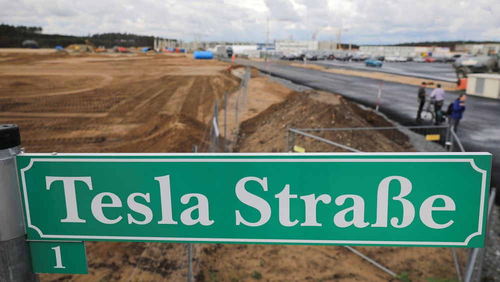 Et skilt med «Teslagaten» på tysk utenfor byggeplassen som skal bli Teslas nye fabrikk i Grünheide i Brandenburg nær Berlin.