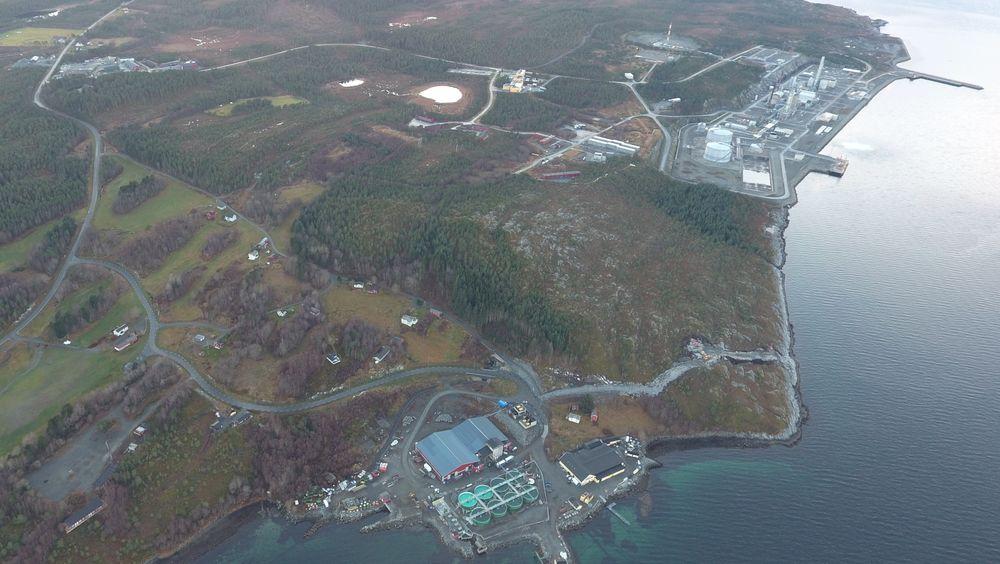 Salfjords tomt er mellom Lumarines anlegg (rødt bygg) og Equinors metanolanlegg (bakerst i bildet).