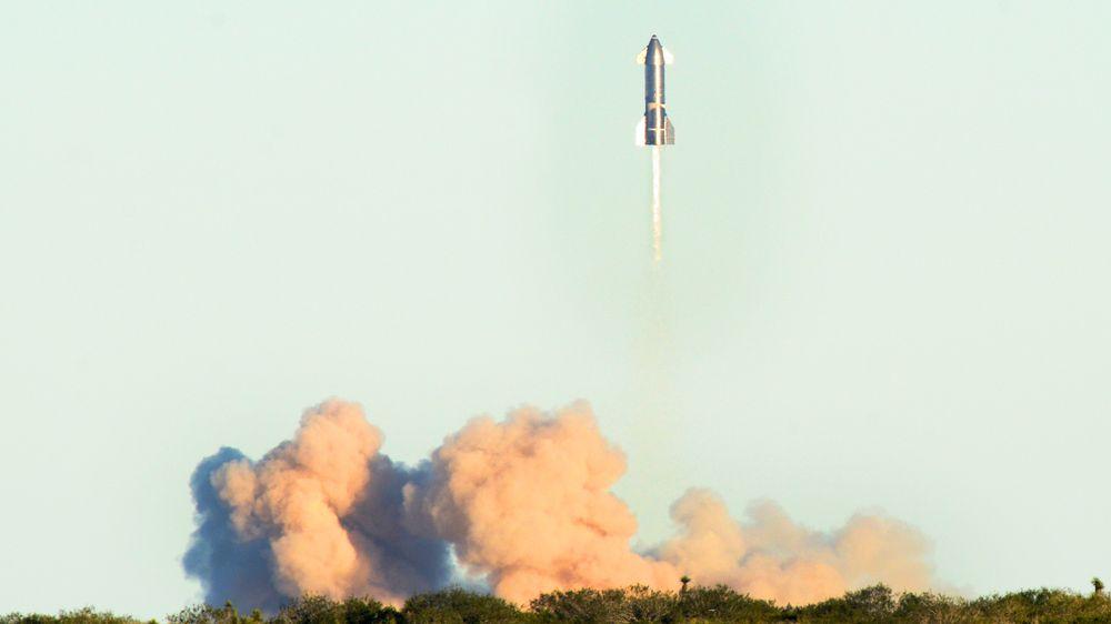 Prototypen av Starship nummer åtte under avgang fra SpaceX-testanlegget i Boca Chica i Texas.