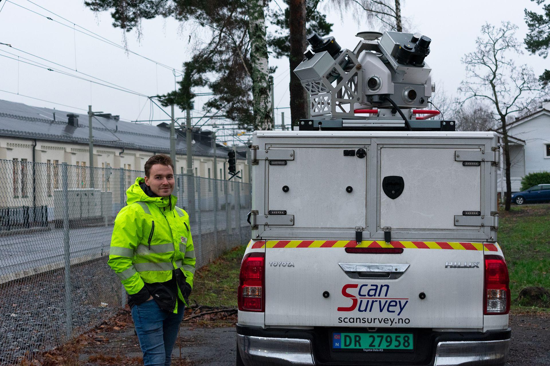 Ole-Håkon Drabløs viser frem det bilmonterte skanneutstyret som brukes til å måle trikkeskinnene i Oslo