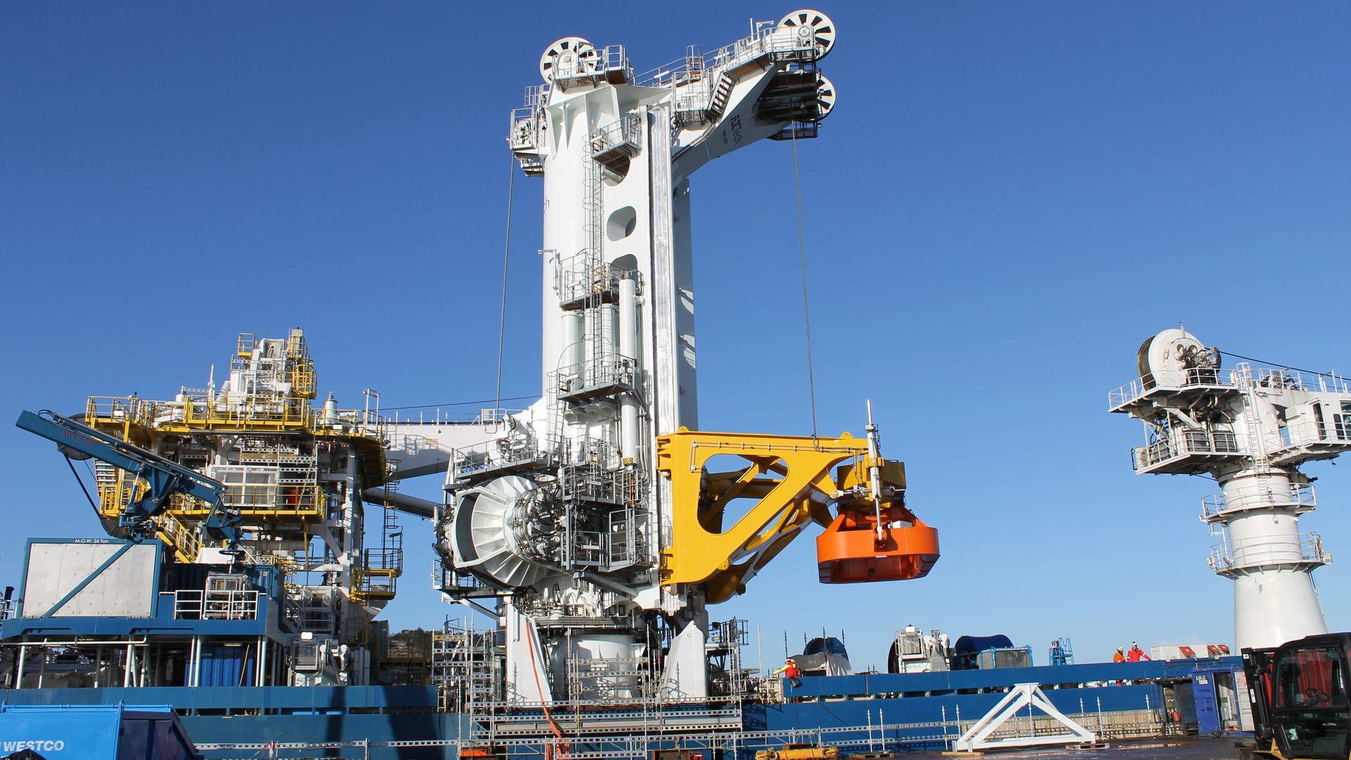 Det spesialbygde løftetårnet på konstruksjonsskipet North Sea Giant bruker sekundærregulert motor, som uslåelig når det kommer til presisjon og effektivitet.