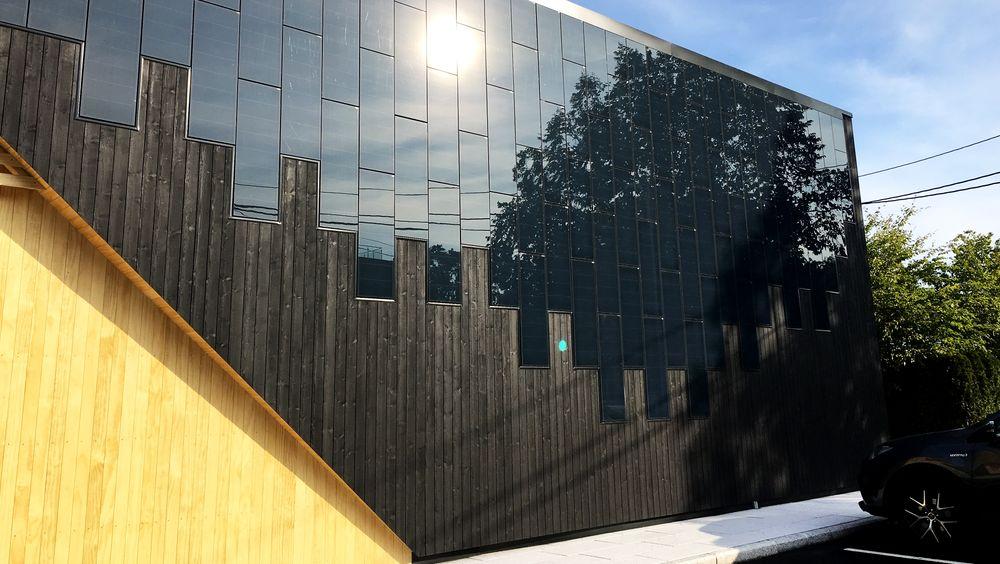 Solcellepaneler for fasader fås i stadig flere farger og utførelser. Men det er de svarte som gir mest energi, som her på den nye Spar-butikken på Snarøya i Bærum..