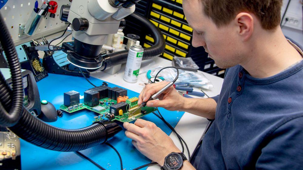 – Akkurat nå lodder jeg inn alternative komponenter for å utføre flere tester, sier hardwareutvikler Magnus Pallesen på Zaptecs laboratorium.