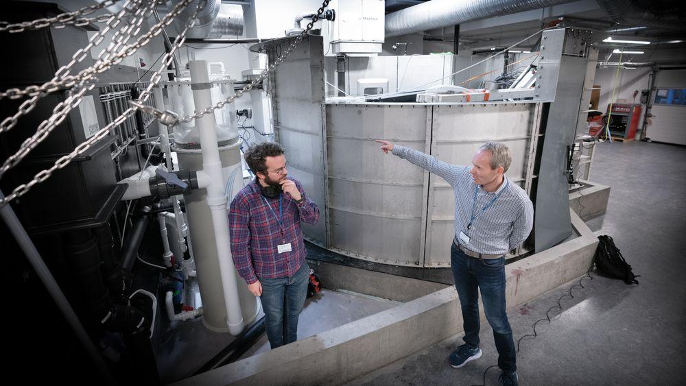 Geir Hauge (t.h) og testingeniør Thomas Sørheim Eggen er overbevist om at iFarm-teknologien skal bli en suksess. Her på Fornebu har de opprettet et testanlegg med 11 levende fisker.