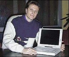 Dag Storli, produktsjef på bærbare PCer hos Compaq med en bærbar PC.