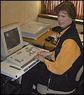 Hege Norset ved PC-en.