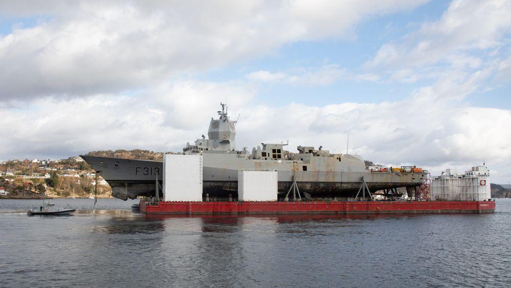 KNM Helge Ingstad på lekter i april 2019, et halvt år etter kollisjonen. Senere i 2019 ble det klart at fregatten ikke skal repareres, og 8. november samme år gikk staten til sak mot DNV GL.