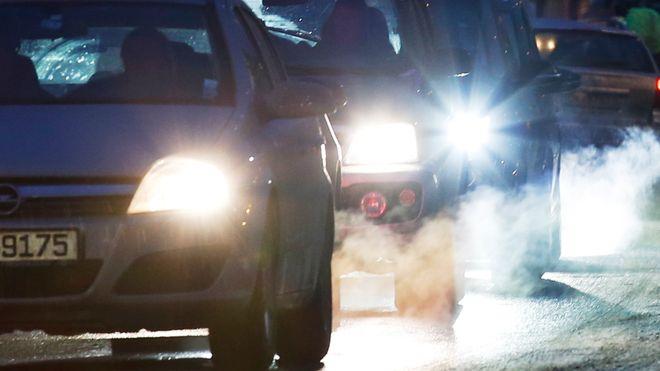 Regjeringen innførerårsavgift på elbiler. Fryser avgiftene på utslippsbiler