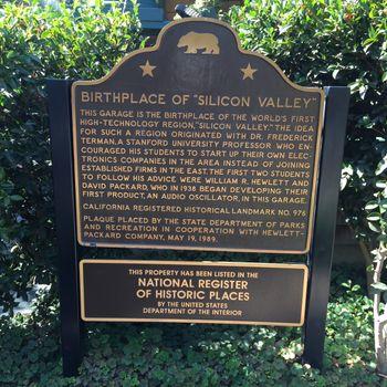 """Skilt med overskriften «Birthplace of """"Silicon Valley""""» som står utenfor garasjen i Palo Alto hvor Hewlett-Packard (HP) ble etablert i 1938."""